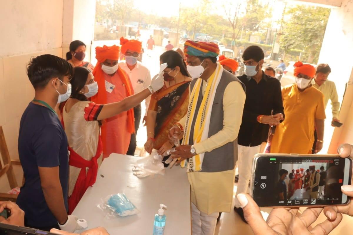 ભાવનગર મહાનગરપાલિકાની ચૂંટણી  - 2021 અંતર્ગત પરિવાર સાથે વડવા - અ વોર્ડમાં મતદાન કર્યું