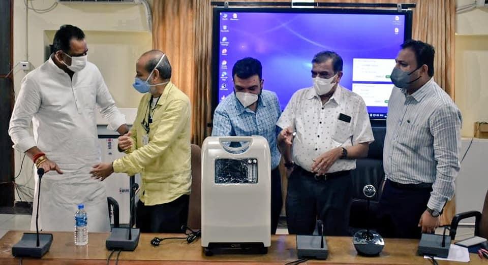 મધુ સિલિકા કંપની તરફથી રૂા. ૧૫ લાખથી વધુની કિંમતના ૧૮ ઓક્સિજન કોન્સન્ટ્રેટર સર ટી. હોસ્પિટલને અર્પણ